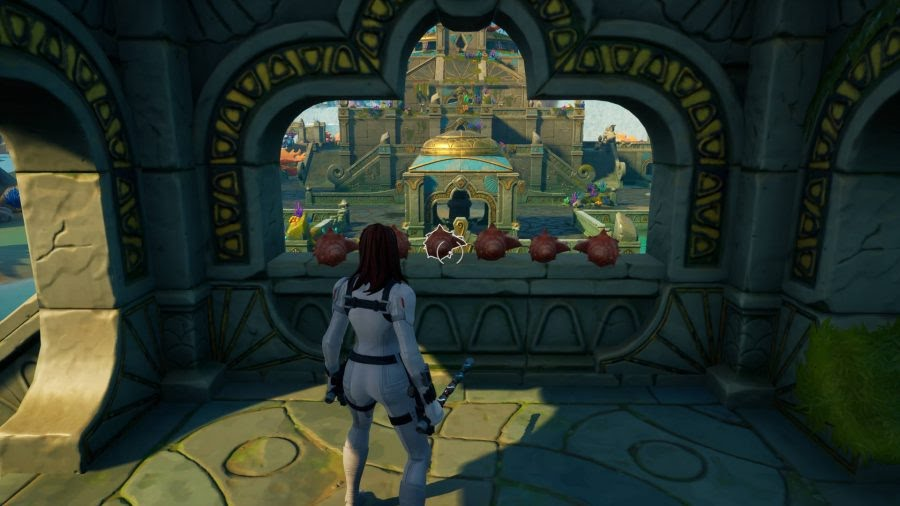 Il giocatore è in piedi accanto ad alcune conchiglie in uno dei piccoli castelli nella posizione del Castello di Corallo di Fortnite